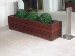 Madera tecnol gica decksystem y jardineras un t ndem - Plastico para jardineras de madera ...
