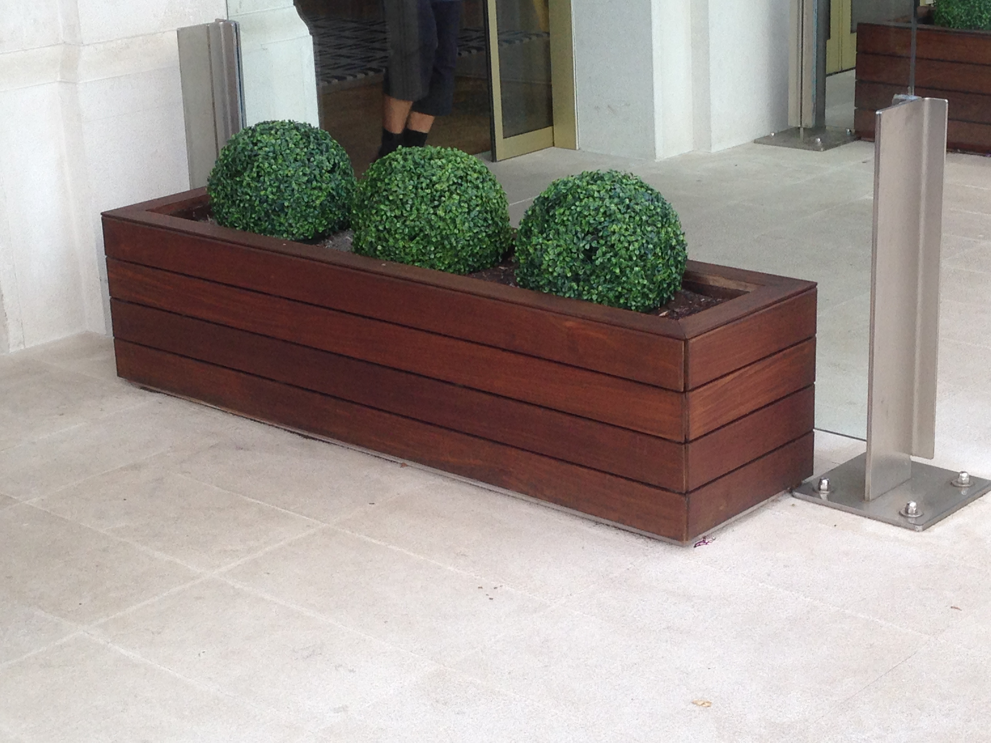 Madera tecnol gica decksystem y jardineras un t ndem - Jardineras de colores ...
